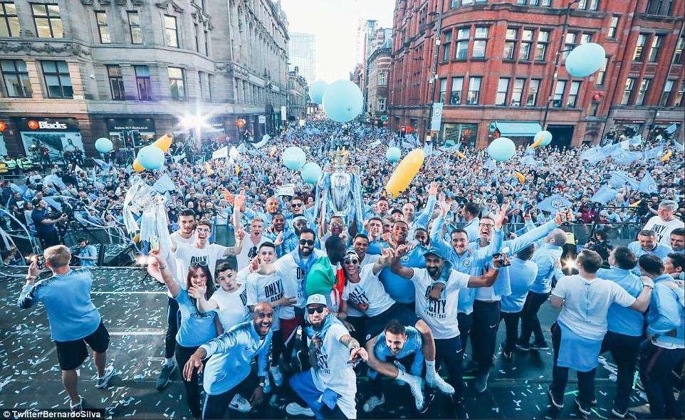 100.000 CĐV Man City xuống đường mừng chức vô địch của thầy trò Pep Guardiola - Ảnh 1.