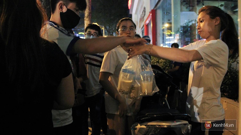 Hàng sữa tươi trân châu đường đen xếp hàng dài kinh hoàng ở Sài Gòn mấy ngày nay - Ảnh 4.