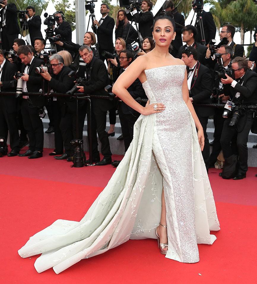 17 bộ váy đẹp nhất thảm đỏ Cannes 2018 thì ắt hơn chục bộ chỉ dành cho những nàng ngực mini - Ảnh 17.
