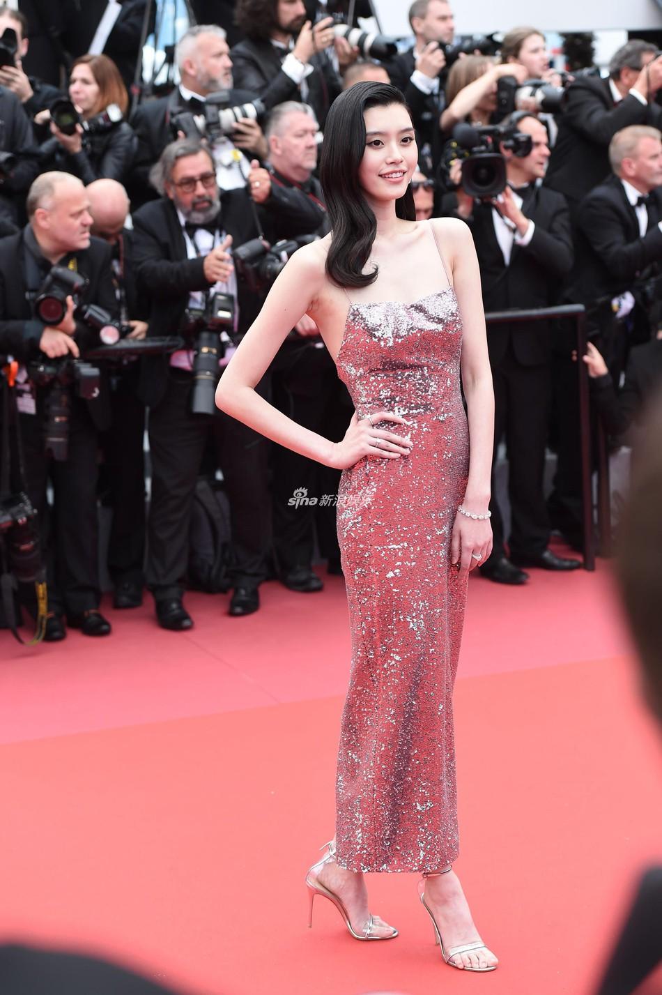 Quá mệt mỏi với LHP Cannes, Kristen Stewart ngáp ngái ngủ và cởi luôn giày cao gót trên thảm đỏ - Ảnh 8.