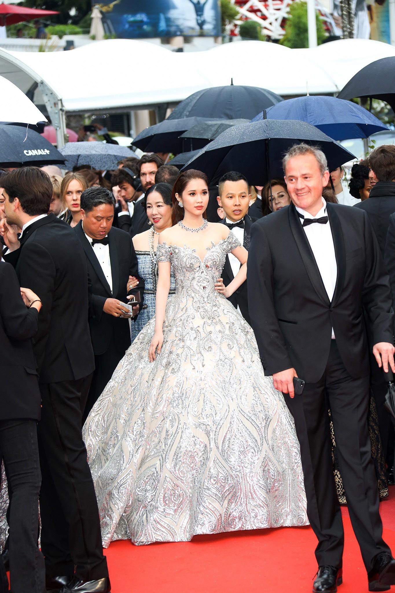 Lần đầu đến Cannes, bản sao Ngọc Trinh xuất hiện lộng lẫy trên thảm đỏ với trang sức tiền tỷ - Ảnh 1.
