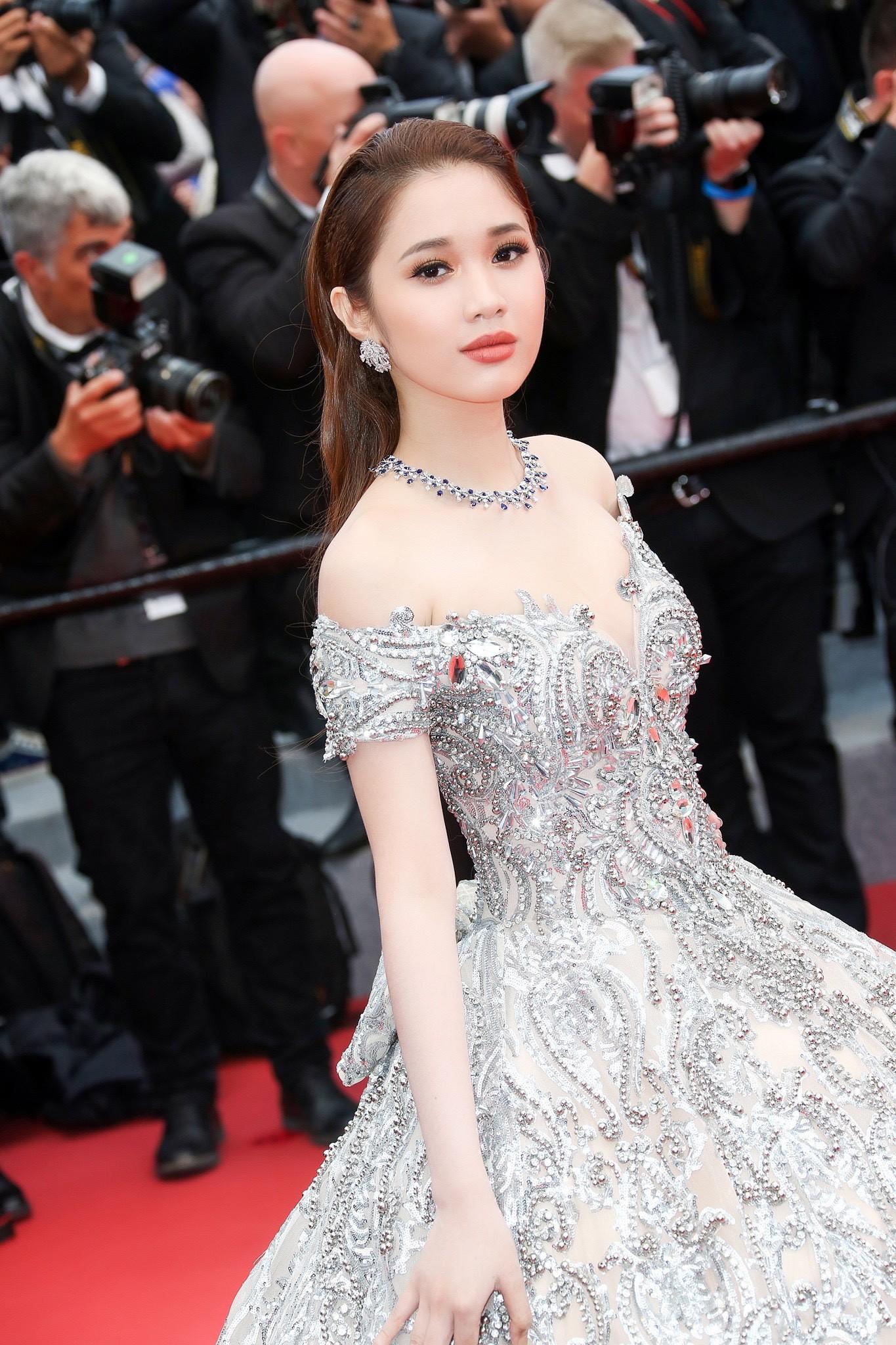 Lần đầu đến Cannes, bản sao Ngọc Trinh xuất hiện lộng lẫy trên thảm đỏ với trang sức tiền tỷ - Ảnh 2.