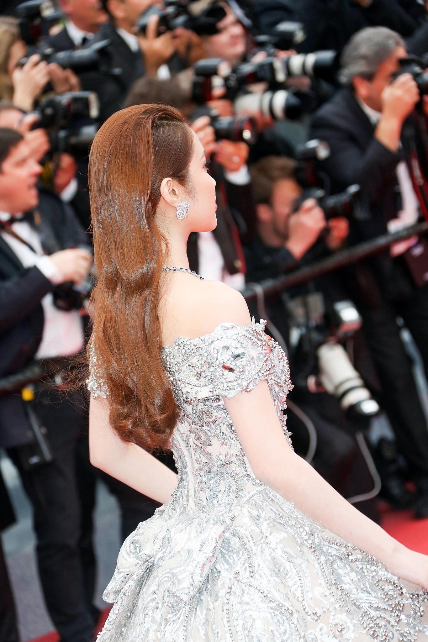 Lần đầu đến Cannes, bản sao Ngọc Trinh xuất hiện lộng lẫy trên thảm đỏ với trang sức tiền tỷ - Ảnh 5.