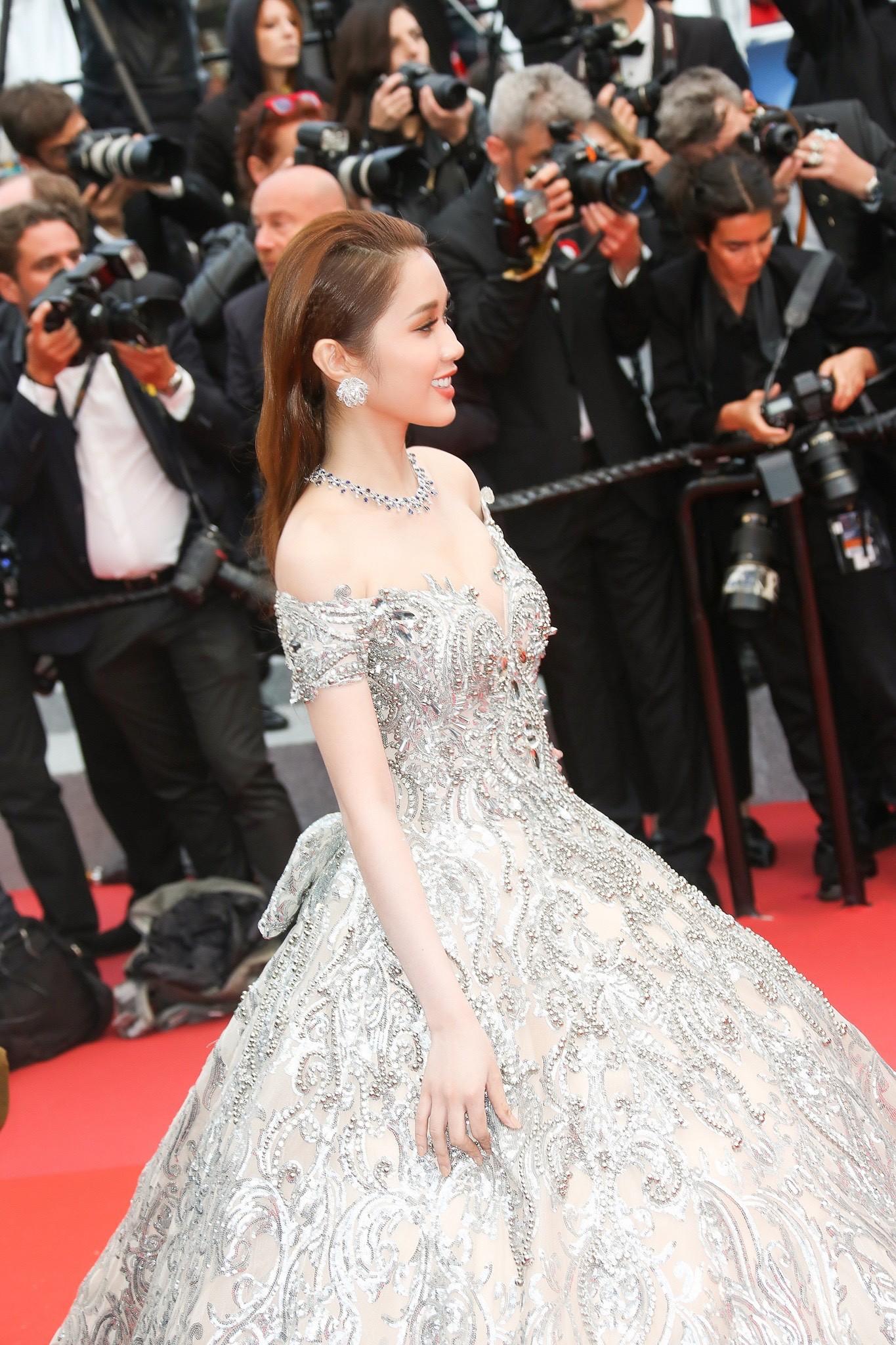 Lần đầu đến Cannes, bản sao Ngọc Trinh xuất hiện lộng lẫy trên thảm đỏ với trang sức tiền tỷ - Ảnh 7.