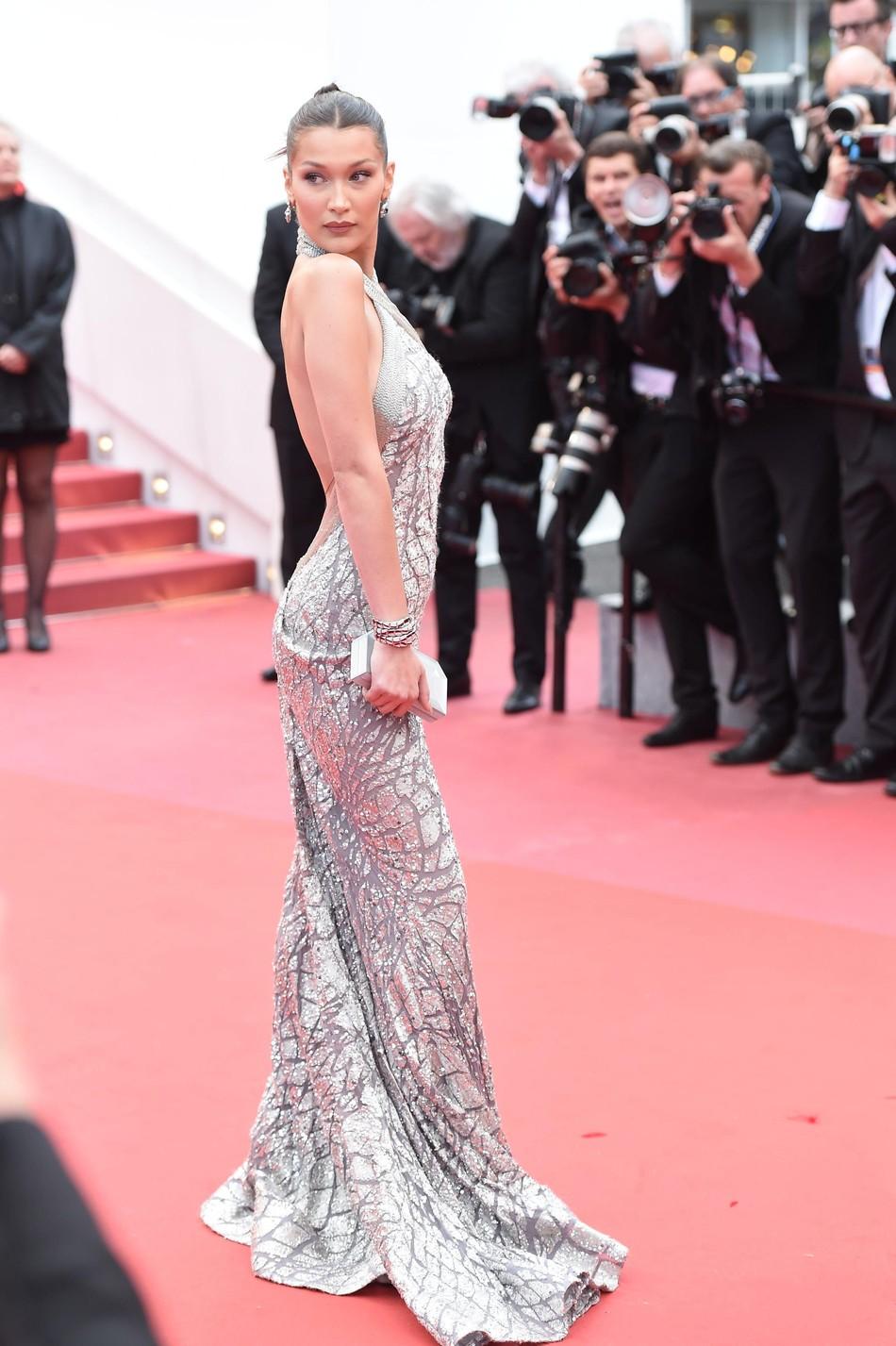 Quá mệt mỏi với LHP Cannes, Kristen Stewart ngáp ngái ngủ và cởi luôn giày cao gót trên thảm đỏ - Ảnh 9.