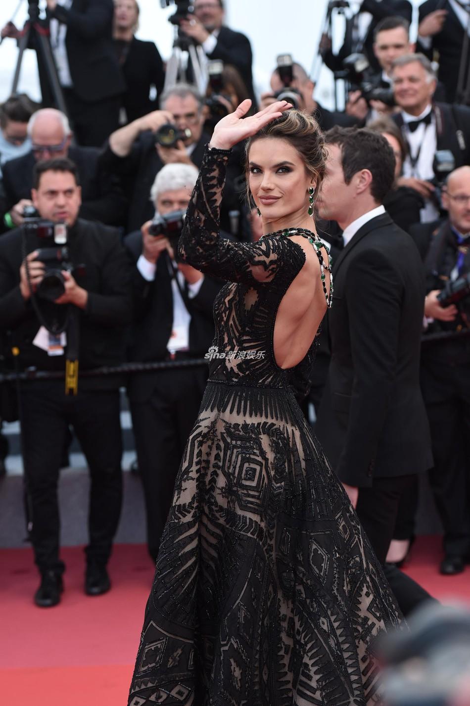 Quá mệt mỏi với LHP Cannes, Kristen Stewart ngáp ngái ngủ và cởi luôn giày cao gót trên thảm đỏ - Ảnh 12.