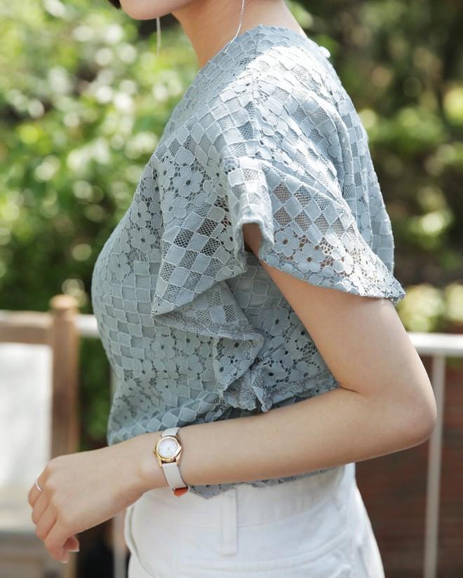 9 gợi ý mặc đồ với chất liệu ren mỏng mát cho nàng công sở những ngày trời nắng nóng - Ảnh 2.