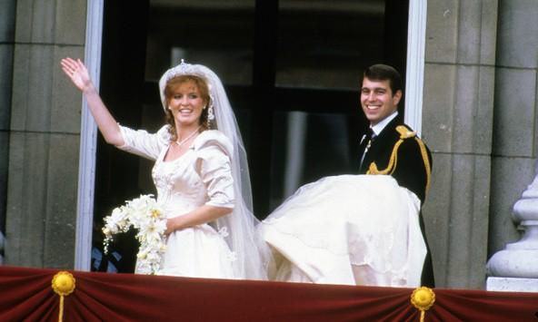 Không thể ngờ đây là món quà cho đám cưới hoàng gia: từ nhẹ nhàng áng thơ đến nặng chịch... 1 tấn than bùn! - Ảnh 12.