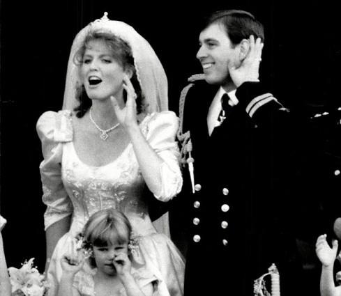 Không thể ngờ đây là món quà cho đám cưới hoàng gia: từ nhẹ nhàng áng thơ đến nặng chịch... 1 tấn than bùn! - Ảnh 13.