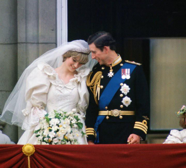 Không thể ngờ đây là món quà cho đám cưới hoàng gia: từ nhẹ nhàng áng thơ đến nặng chịch... 1 tấn than bùn! - Ảnh 15.