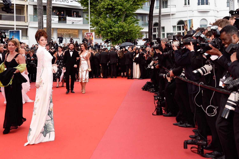 Cuối cùng Lý Nhã Kỳ cũng đưa tà Áo dài truyền thống Việt Nam xuất hiện nổi bật trên thảm đỏ Cannes ngày thứ 7 - Ảnh 4.
