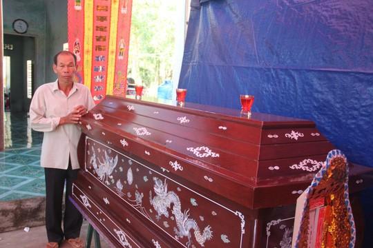 """Quê nghèo đẫm nước mắt đón thi thể """"hiệp sĩ"""" Nguyễn Văn Thôi - Ảnh 3."""