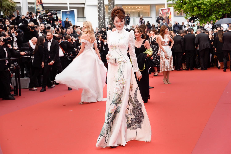 Cuối cùng Lý Nhã Kỳ cũng đưa tà Áo dài truyền thống Việt Nam xuất hiện nổi bật trên thảm đỏ Cannes ngày thứ 7 - Ảnh 6.