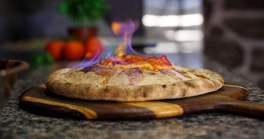 Nhiều người sẽ chạy ngay đi khi thấy pizza cháy như thế này nhưng đây lại là món cực kỳ đặc biệt - Ảnh 4.