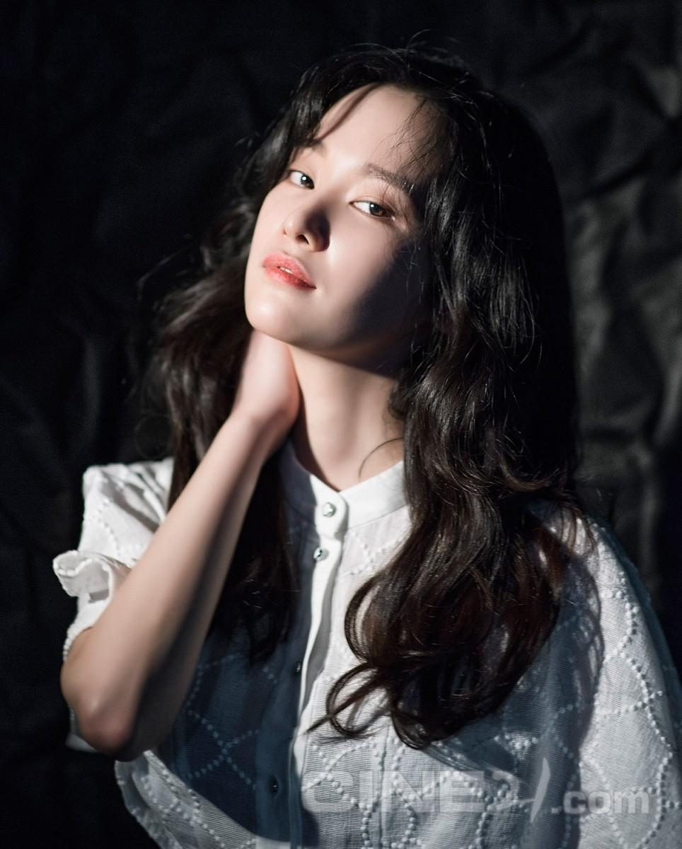 Mới ra mắt, nàng thơ mặt siêu lạnh của xứ Hàn đã dính phốt thái độ trên đường tới Cannes - Ảnh 1.