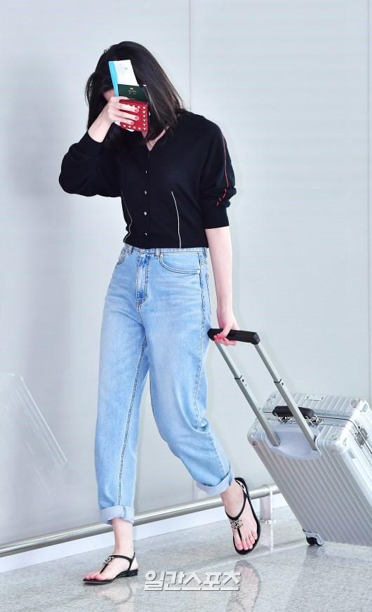 Mới ra mắt, nàng thơ mặt siêu lạnh của xứ Hàn đã dính phốt thái độ trên đường tới Cannes - Ảnh 2.