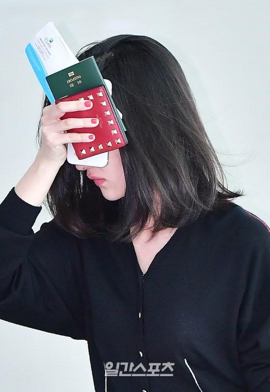 Mới ra mắt, nàng thơ mặt siêu lạnh của xứ Hàn đã dính phốt thái độ trên đường tới Cannes - Ảnh 3.