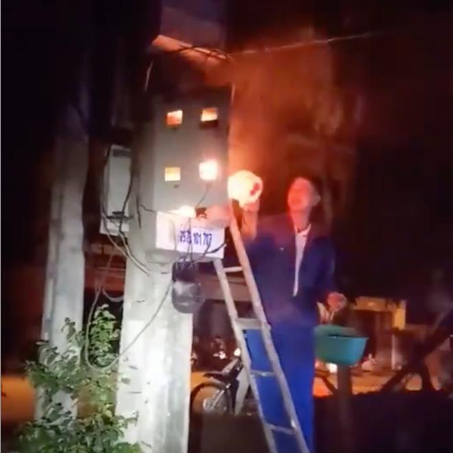 Xôn xao clip thanh niên cầm gáo dội nước vào hộp điện đang cháy để dập lửa - Ảnh 2.
