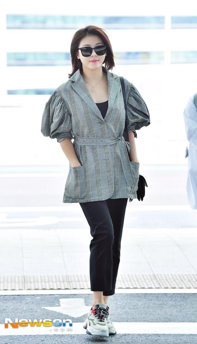 Jolie Nguyễn xúng xính street style với đồng hồ 480 triệu đồng, Quỳnh Anh Shyn khoe sneaker Chanel chất lừ - Ảnh 16.