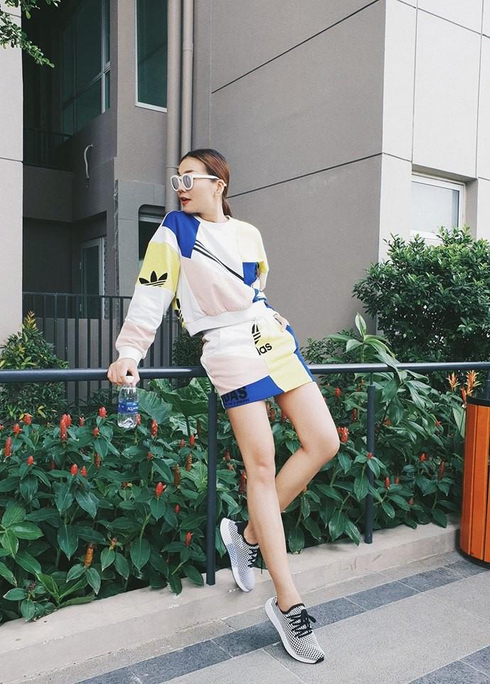Jolie Nguyễn xúng xính street style với đồng hồ 480 triệu đồng, Quỳnh Anh Shyn khoe sneaker Chanel chất lừ - Ảnh 9.