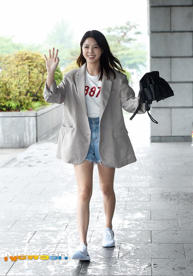 Jolie Nguyễn xúng xính street style với đồng hồ 480 triệu đồng, Quỳnh Anh Shyn khoe sneaker Chanel chất lừ - Ảnh 17.