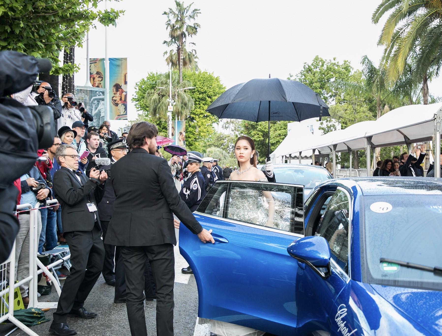 Lần đầu đến Cannes, bản sao Ngọc Trinh xuất hiện lộng lẫy trên thảm đỏ với trang sức tiền tỷ - Ảnh 10.