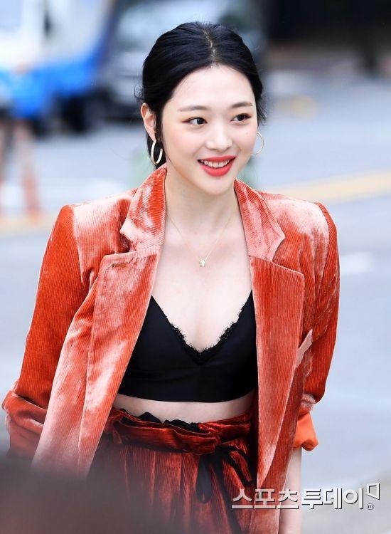 Sulli trở lại đẹp xuất sắc với màn hở ngực táo bạo, chấp cả Hoa hậu Hàn đẹp nhất thế giới và chị đại Kim Hye Soo - Ảnh 9.