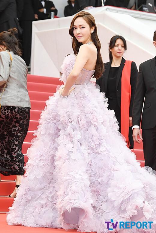 Nữ hoàng sang chảnh Jessica tím thắm đượm cả thảm đỏ Cannes, gây náo loạn nhưng sao trông mặt sợ thế này? - Ảnh 1.