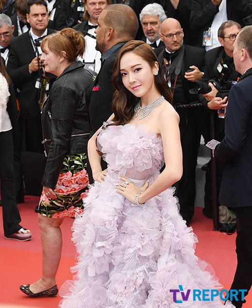 Nữ hoàng sang chảnh Jessica tím thắm đượm cả thảm đỏ Cannes, gây náo loạn nhưng sao trông mặt sợ thế này? - Ảnh 6.