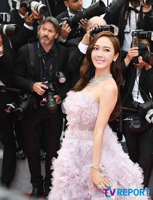 Nữ hoàng sang chảnh Jessica tím thắm đượm cả thảm đỏ Cannes, gây náo loạn nhưng sao trông mặt sợ thế này? - Ảnh 7.