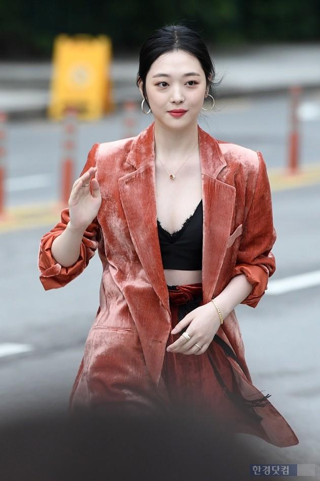 Sulli trở lại đẹp xuất sắc với màn hở ngực táo bạo, chấp cả Hoa hậu Hàn đẹp nhất thế giới và chị đại Kim Hye Soo - Ảnh 7.