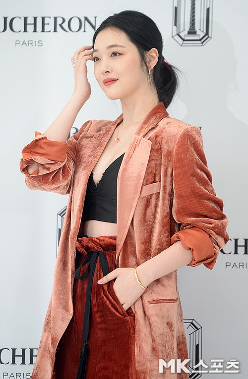 Sulli trở lại đẹp xuất sắc với màn hở ngực táo bạo, chấp cả Hoa hậu Hàn đẹp nhất thế giới và chị đại Kim Hye Soo - Ảnh 11.