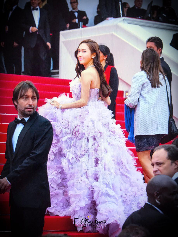 Cận cảnh khoảnh khắc lật mặt như bánh tráng của Jessica khi bị đuổi khéo vì câu giờ tạo dáng trên thảm đỏ Cannes - Ảnh 8.