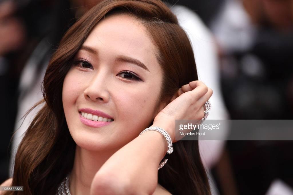 Cận cảnh khoảnh khắc lật mặt như bánh tráng của Jessica khi bị đuổi khéo vì câu giờ tạo dáng trên thảm đỏ Cannes - Ảnh 17.