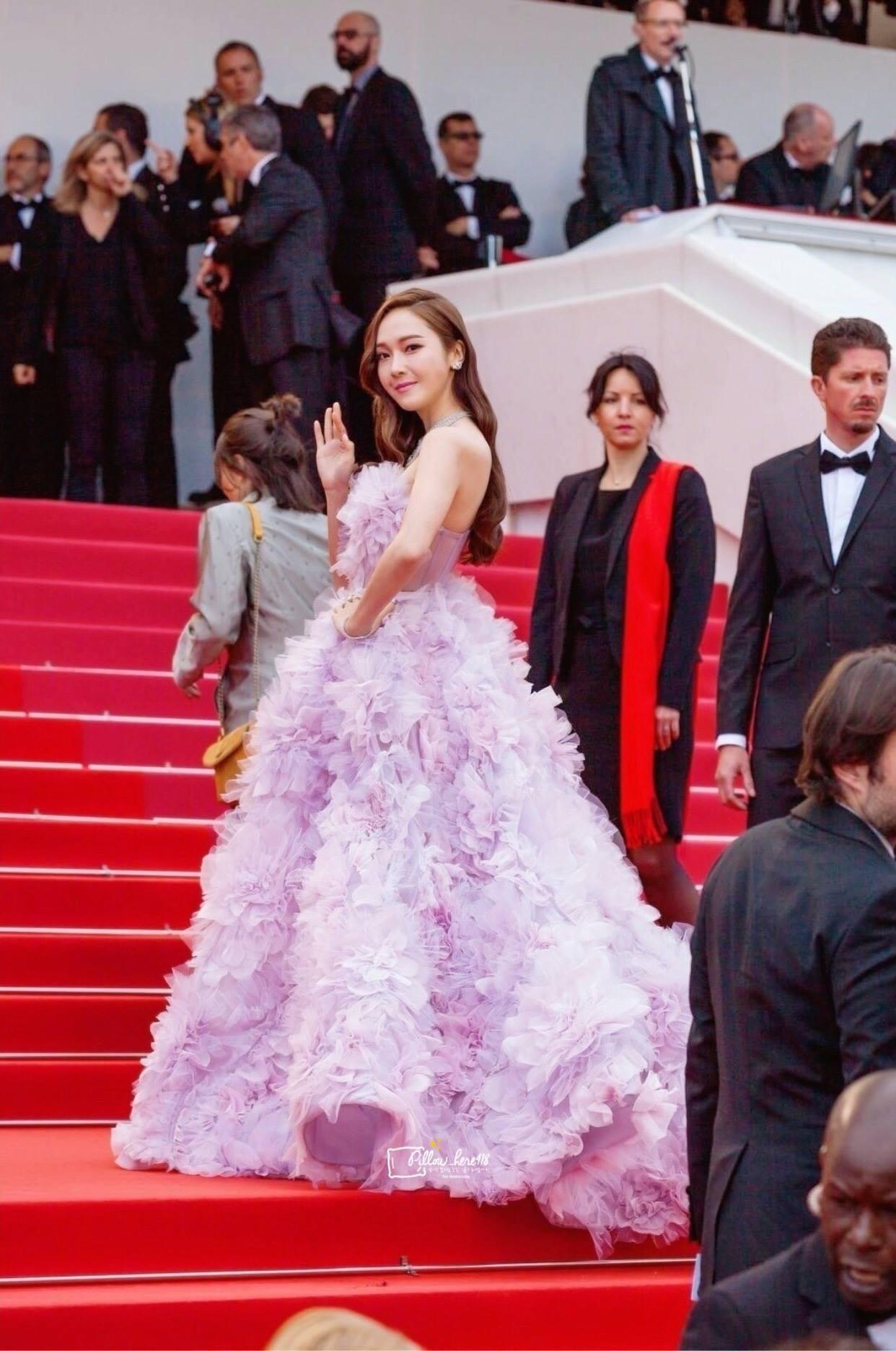 Cận cảnh khoảnh khắc lật mặt như bánh tráng của Jessica khi bị đuổi khéo vì câu giờ tạo dáng trên thảm đỏ Cannes - Ảnh 9.