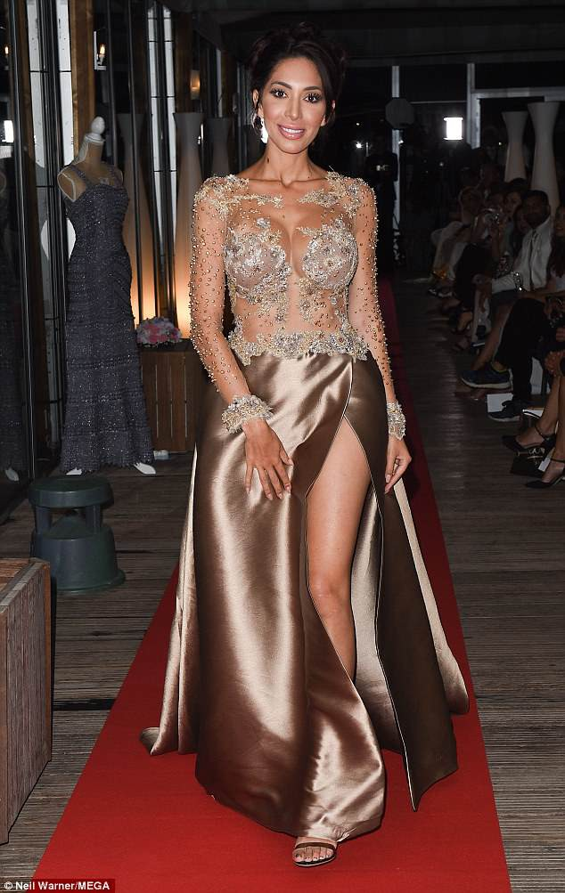 Không mặc nội y, sao nữ lộ cả vùng kín phản cảm tại LHP Cannes 2018 - Ảnh 2.
