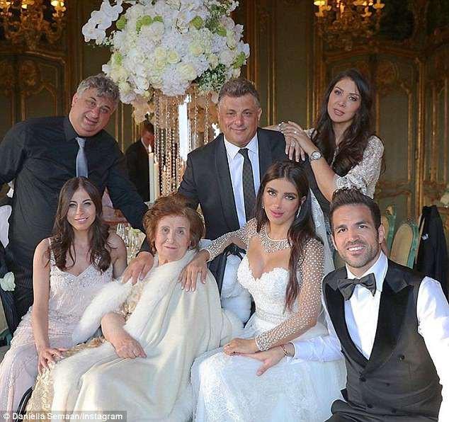 Fabregas kết hôn với người đẹp hơn 12 tuổi, trong lễ cưới ngập màu trắng như cổ tích - Ảnh 4.