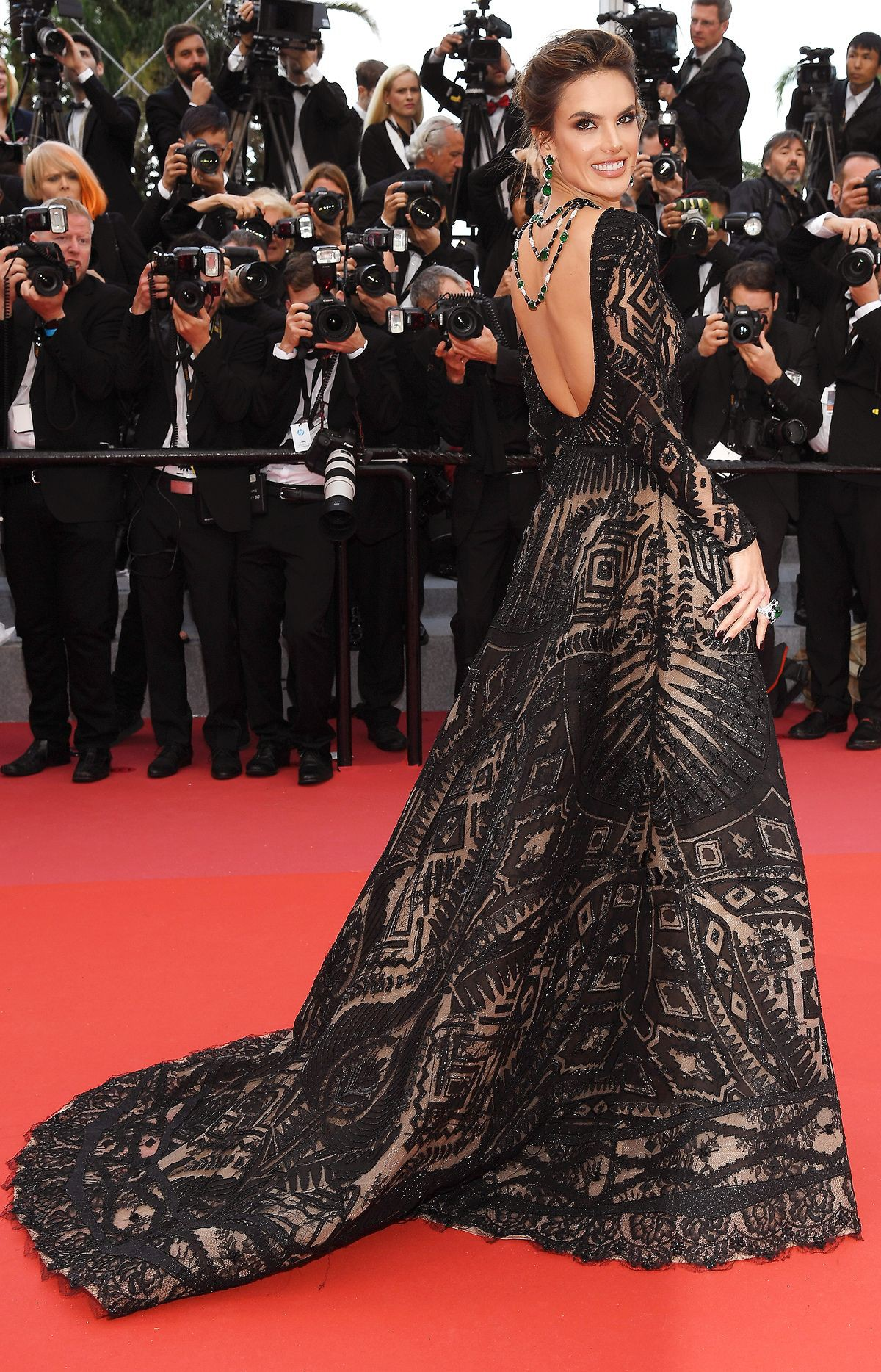 Thảm đỏ Cannes những ngày qua không thiếu công chúa nhưng phải đến bây giờ, nữ hoàng mới thực sự xuất hiện - Ảnh 2.