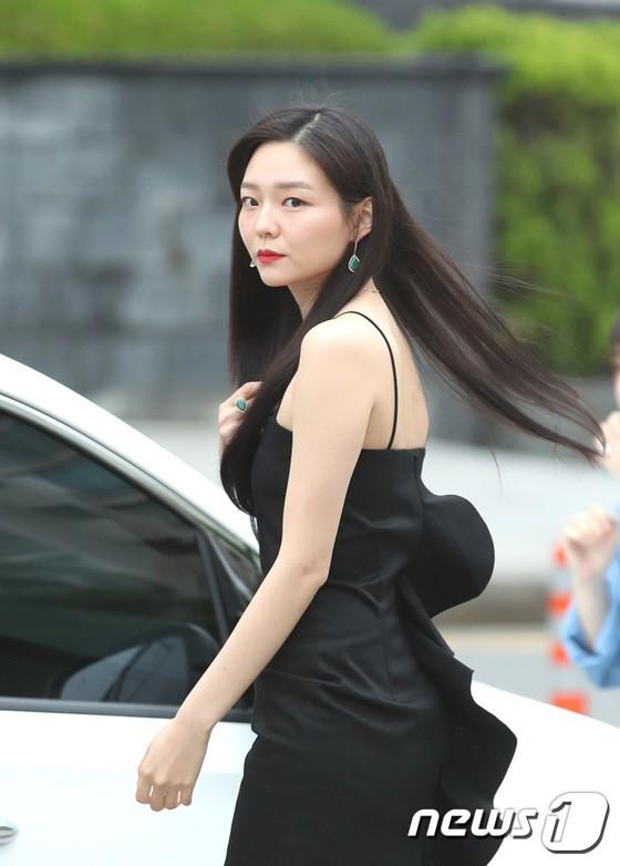Sulli trở lại đẹp xuất sắc với màn hở ngực táo bạo, chấp cả Hoa hậu Hàn đẹp nhất thế giới và chị đại Kim Hye Soo - Ảnh 21.