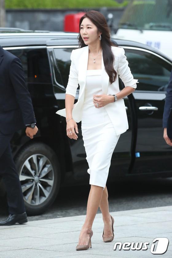 Sulli trở lại đẹp xuất sắc với màn hở ngực táo bạo, chấp cả Hoa hậu Hàn đẹp nhất thế giới và chị đại Kim Hye Soo - Ảnh 22.