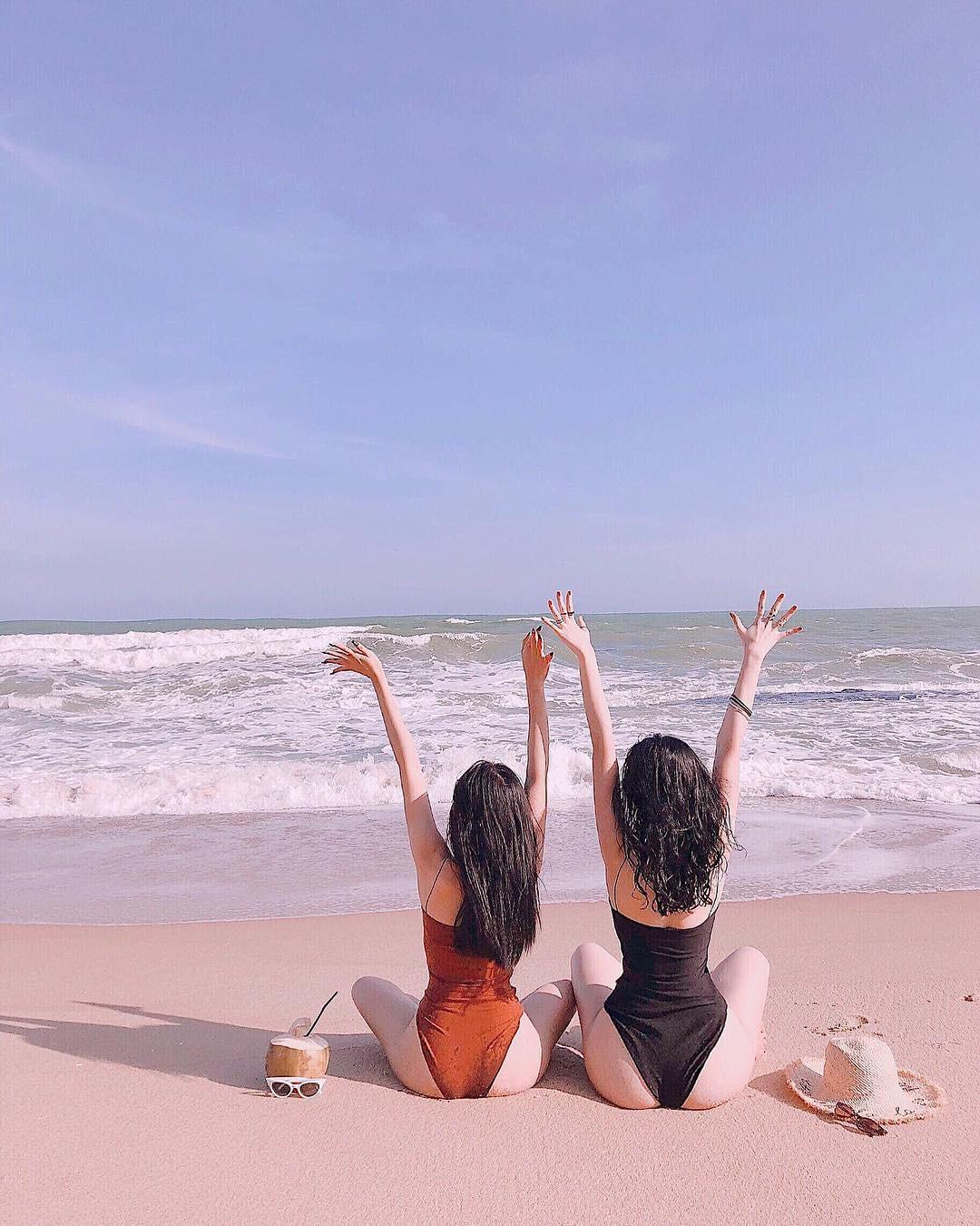 Có nên gọi Angela Phương Trinh gọi là bậc thầy sáng tạo vì mặc bikini đội nón lá chít khăn kín bưng? - Ảnh 1.