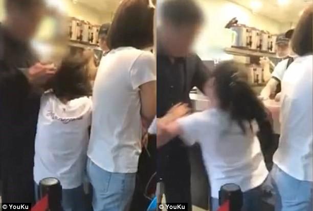 Chỉ vì muốn ông thực hiện một phép lịch sự tối thiểu, bé gái bị ông nội đánh đập không thương tiếc trong quán trà sữa đông người - Ảnh 1.