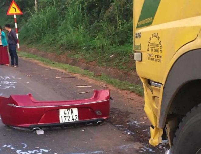 Ô tô con đối đầu xe tải, 4 người thương vong - Ảnh 1.