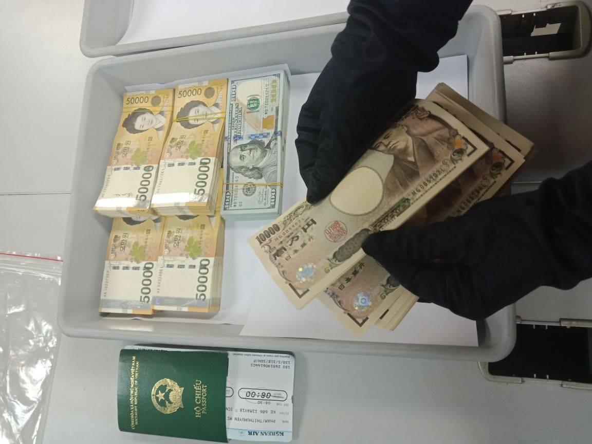 Nữ hành khách cất giấu gần 600 triệu đồng ngoại tệ khi làm thủ tục xuất cảnh ở sân bay Tân Sơn Nhất - Ảnh 1.