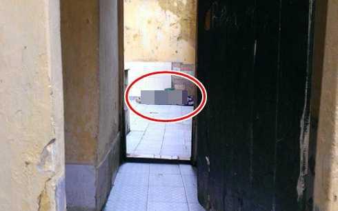 Tá hỏa phát hiện người phụ nữ tử vong trong nhà vệ sinh - Ảnh 1.