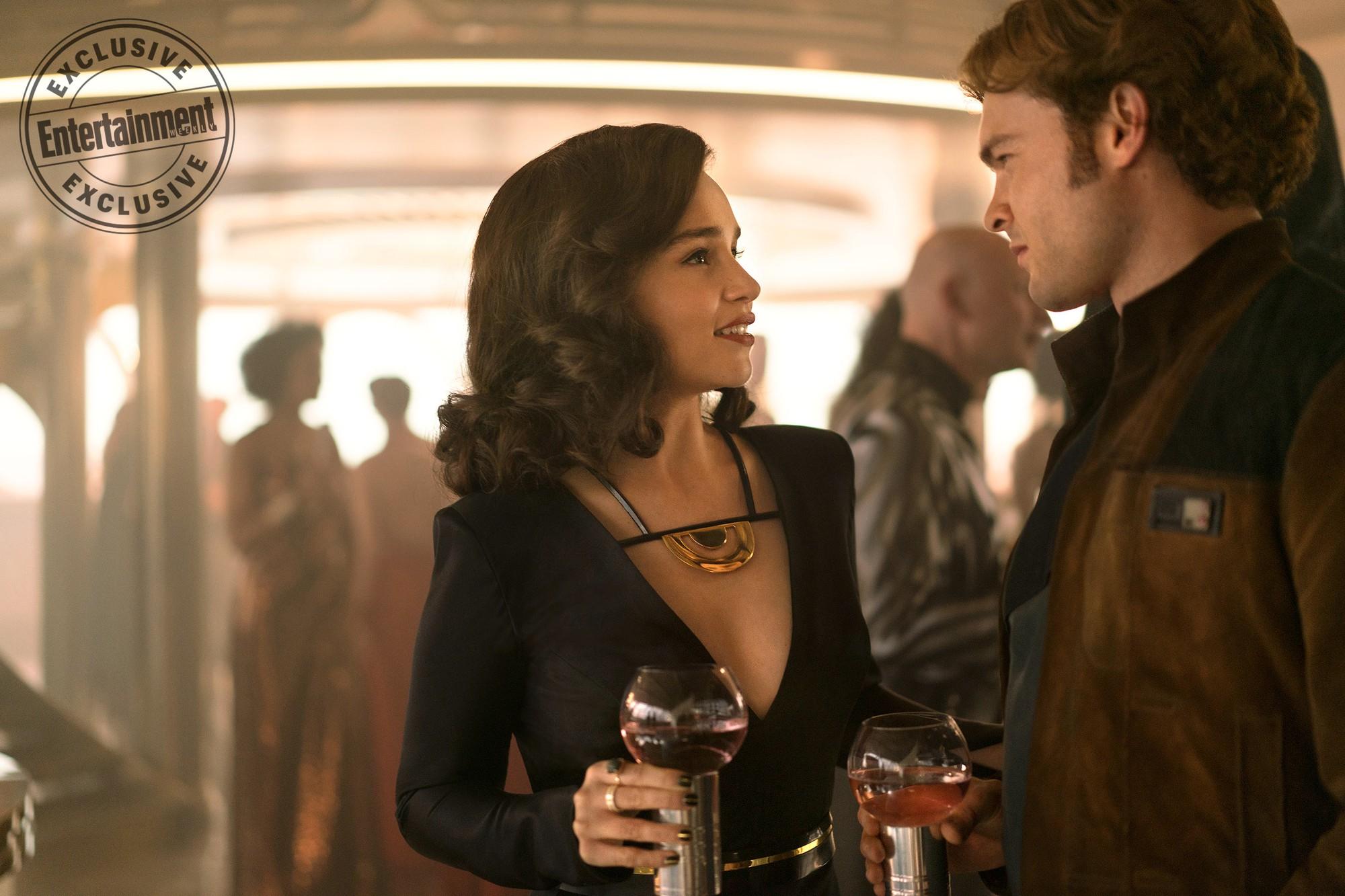 Mẹ Rồng Emilia Clarke tỏ thái độ khi ai đó khen các chị em trên phim là mạnh mẽ - Ảnh 1.