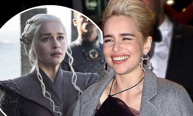 Mẹ Rồng Emilia Clarke tỏ thái độ khi ai đó khen các chị em trên phim là mạnh mẽ - Ảnh 4.