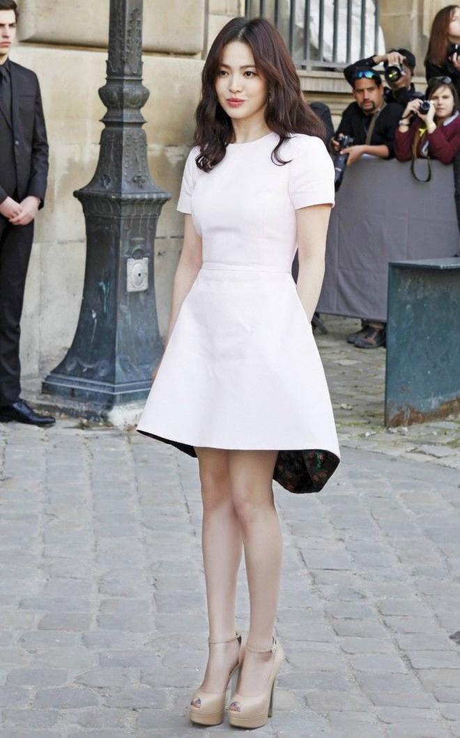 Chỉ trung thành với giày màu nude, nhưng hoá ra đây là cách mà Song Hye Kyo diện đẹp mọi bộ đồ - Ảnh 8.