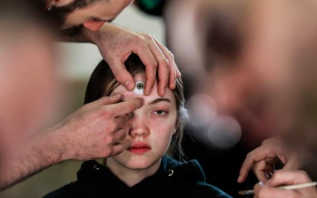 Nhá hàng MV tiếp theo với hình tượng Cô gái ba mắt, dân tình phát hiện ra ngay Chi Pu học từ Gucci - Ảnh 3.