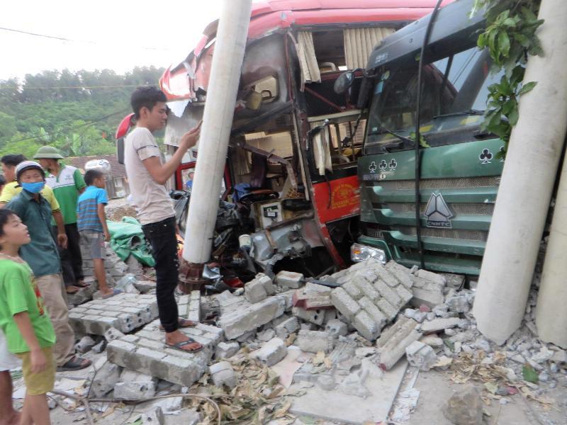 Nghệ An: Hàng chục hành khách la hét khi va chạm với xe tải - Ảnh 1.